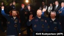 Американские астронавты Марк Ванде Хай (справа), Джозеф Акаба (слева) и российский космонавт Александр Мисуркин незадолго до отправки к Международной космической станции (МКС) с космодрома Байконур. 12 сентября 2017 года.