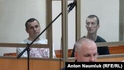 Олег Сенцов (л) і Олександр Кольченко (п) у залі суду, 21 липня 2015 року