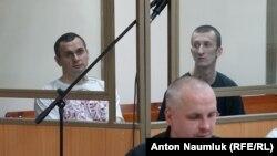 Олег Сенцов и Александр Кольченко в зале суда в Ростове-на-Дону