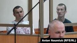 Олег Сенцов (л) і Олександр Кольченко у залі суду, Ростов-на-Дону, 21 липня 2015 року