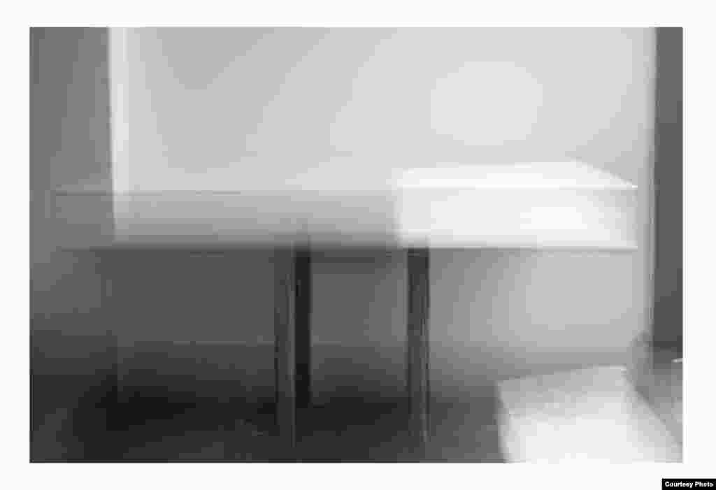 """ნათელი მაგიდა. 2016 წელი. ფოტოქაღალდი, შავ-თეთრი ბეჭდვა. მხატვრის და """"ჰაუზლერ კონტემპორარის"""" (ციურიხი) ნებართვით"""