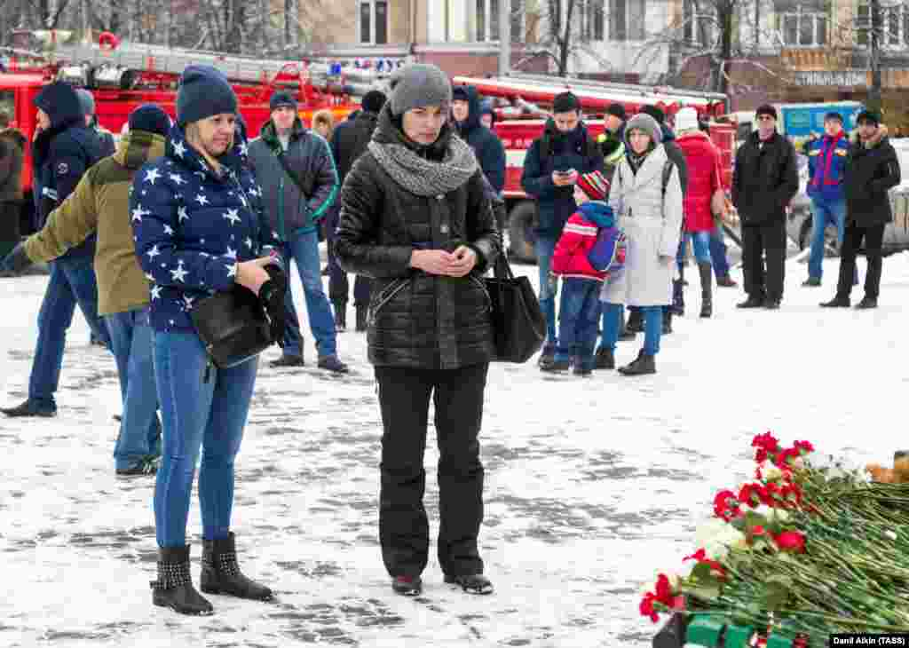 Kemerovo residents pay their respect to the victims on March 26.