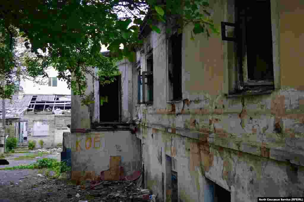 Вероятно, местные власти руины не трогают из-за их живописности.
