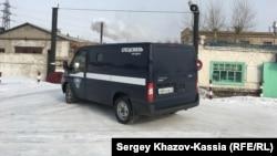Машина спецсвязи у ворот исправительной колонии в Рубцовске. 26 февраля 2017 года.