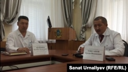 Заместитель директора Западно-Казахстанской областной клинической больницы Жумабек Шайхиев (слева) и директор больницы Ерлан Токсанов во время брифинга. Уральск, 16 июля 2015 года.