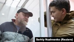 Народний депутат Надія Савченко (праворуч) спілкується з Володимиром Рубаном, керівником організації «Офіцерський корпус» під час судове засідання з обрання йому запобіжного заходу. Київ, 9 березня 2018 року (ілюстраційне фото)