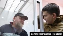 Народний депутат Надія Савченко (праворуч) спілкується з Володимиром Рубаном, керівником організації «Офіцерський корпус» під час судового засідання з обрання йому запобіжного заходу. Київ, 9 березня 2018 року
