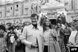 """Роджер Мур и актриса Барбара Бах во время презентации фильма """"Шпион, который любил меня"""", 1977 год"""