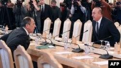 Түркиянын тышкы иштер министри Мевлүт Чавушоглу менен Орусиянын тышкы иштер министри Сергей Лавров.