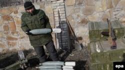 Пророссийский сепаратист в городе Дебальцево. Донецкая область, 19 февраля 2015 года.