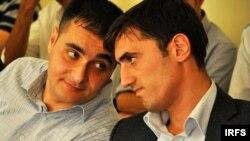 Турал Аббаслы (справа) и Ахад Мамедли (слева) после выхода из годичного заключения. Архивное фото