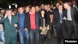 Лидеры неправящих сил во время шествия, Ереван, 24 октября 2014 г.