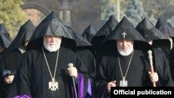 Католикос всех армян Гарегин Второй (справа) и Католикос Киликийский Арам Первый (архив)