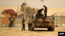 Forțe ale opoziției libiene la Ajdabiya