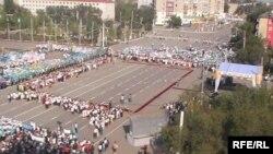 Вид на центральную площадь перед Актобинским областным акиматом. Актобе, 30 августа 2009 года.