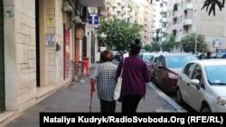 Ілюстративне фото. На римській вулиці доглядальниця на прогулянці з літньою синьйорою