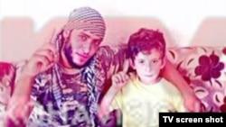 Муж Пранверы Абази, Арбен, и их сын Эрион в среде исламистов. Кадр из телерепортажа телевидения Косово.