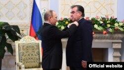 Президенты России и Таджикистана Владимир Путин (слева) и Эмомали Рахмон.