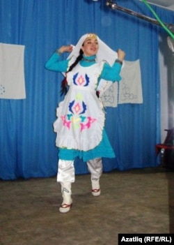 Диләрә Хәмидуллина татар биюен башкара
