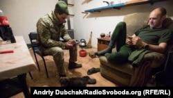 Морпіхи Володимир і Михайло «сидять у смартфонах»