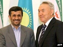 Махмұд Ахмадинежадтың (сол жақта) Иран президенті кезінде Қазақстан басшысы Нұрсұлтан Назарбаевпен түскен суреті. Астана, 6 сәуір 2009 жыл. (Көрнекі сурет)