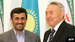 Kazakh President Nursultan Nazarbaev (right) with his Iranian counterpart Mahmud Ahmadinejad in Astana
