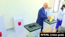 Albanski premijer Edi Rama tokom glasanja na izborima
