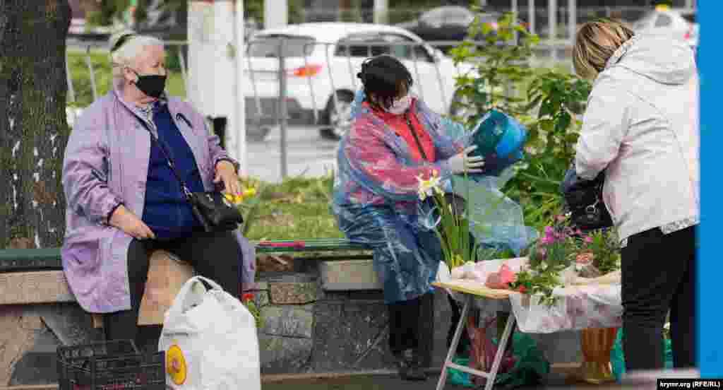 Продавцы цветов на площади имени Куйбышева продолжают неукоснительно соблюдать масочный режим, Симферополь