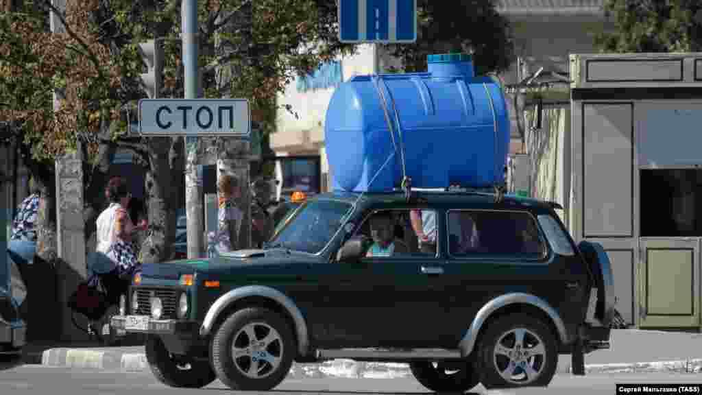 Чоловік на особистому автомобілі з бочкою на даху зупинився на одній з вулиць Сімферополя, 24 серпня 2020 року