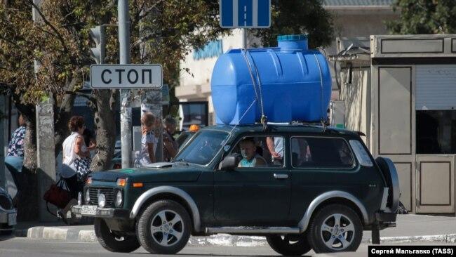 Транспортировка емкости для набора воды. Симферополь, 24 августа 2020 года
