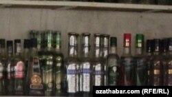Türkmenistanda wagtlaýyn satmasyz edilen içgileriň 'gara bazary' döreýär