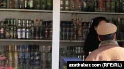 Прилавок с алкогольной продукцией, Ашхабад (архивное фото)