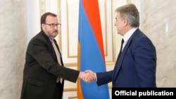 Исполняющий обязанности премьер-министра Армении Карен Карапетян (справа) и посол США в Армении Ричард Миллз, Ереван, 25 апреля 2018 г.
