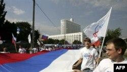 О том, что раньше использовать российский флаг на уличных акциях было запрещено, не знали многие демонстранты и милиционеры