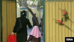 در بخشنامه آموزش و پرورش تاکيد شده که هيچ مردی اعم از معلم يا پرسنل اداری و خدماتی حق ورود و اشتغال در مدارس دخترانه را ندارد.