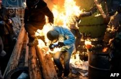 یکی از معترضان که در جریان درگیریها آتش گرفته است
