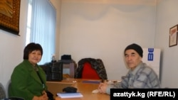 В течение пяти лет правозащитные организации борются за освобождение Азимжана Аскарова. На фото: Азимжан Аскаров вместе с известной кыргызстанской правозащитницей Толекан Исмаиловой. Бишкек, март 2011 года.