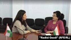 Журналист Радио Озоди беседует с Мавлудой Хусейновой