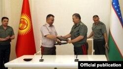Начальник Генштаба ВС Кыргызстана Райимберди Дуйшенбиев и министр обороны Узбекистана Абдусалом Азизов.