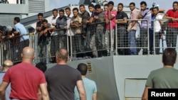 Нелегальные иммигранты ждут, когда их отправят в полицейские участки в Греции