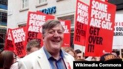 """Stephen Fry Londonda geylərin """"iftixar marşı""""nda, 2012"""