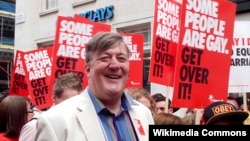 Aktori britanik, Stephen Fry gjatë një prej paradave të homoseksualve në Londër, 7 korrik 2012.