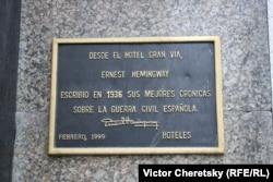 """Табличка, посвященная Хемингуэю, на отеле """"Гран Виа"""" в Мадриде"""