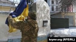 Поднятие флага Украины у картографического центра в Одессе. Справа на стене установлена мемориальная доска памяти Сергея Кокурина.