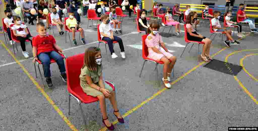 Боснія і Герцеґовина. Учні початкової школи в масках для обличчя тримають соціальну дистанцію в перший день навчання в Сараєво 1 вересня