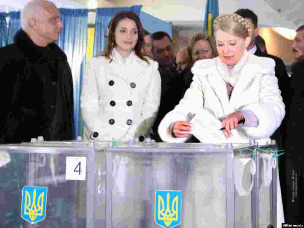 Юлія Тимошенко з чоловіком та донькою голосує на виборчій дільниці у Дніпропетровську