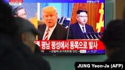 شهروندان کره جنوبی در ایستگاه مرکزی قطار در سئول، در حال تماشای اخبار مربوط به وقایع پرتاب موشک هستند