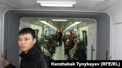 Алматы метросындағы жолаушылар. Алматы, 22 қазан 2011 жыл.
