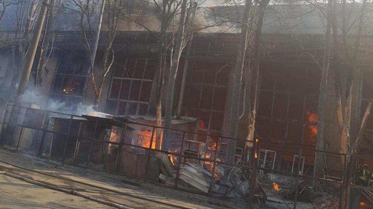 Крупный пожар на складе лакокрасочных материалов в Киеве: огонь локализовали, жертв нет