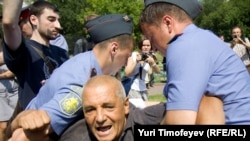 Милиция задерживает защитников Химкинского леса